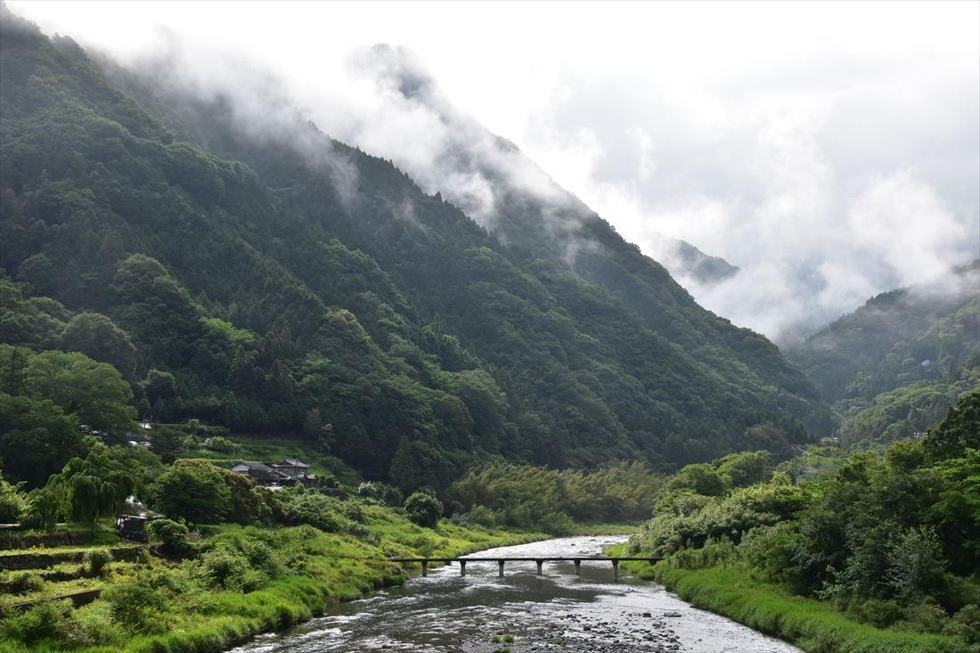 清流穴吹川に架かる潜水橋は、懐かしい日本を感じる風景