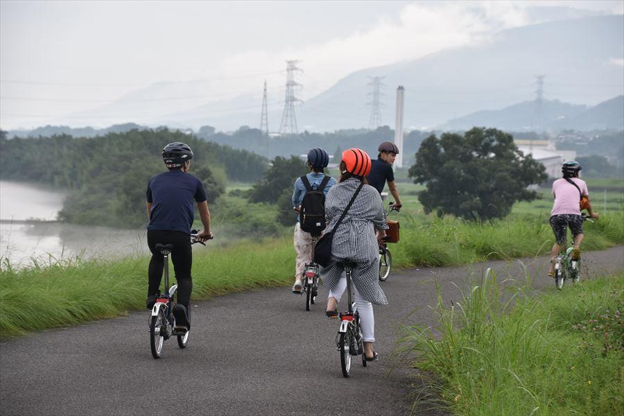 お洒落なブロンプトン自転車に乗って川沿いを散策