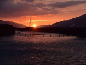 夕陽が美しい徳島県脇町の吉野川沿いを自転車で巡る