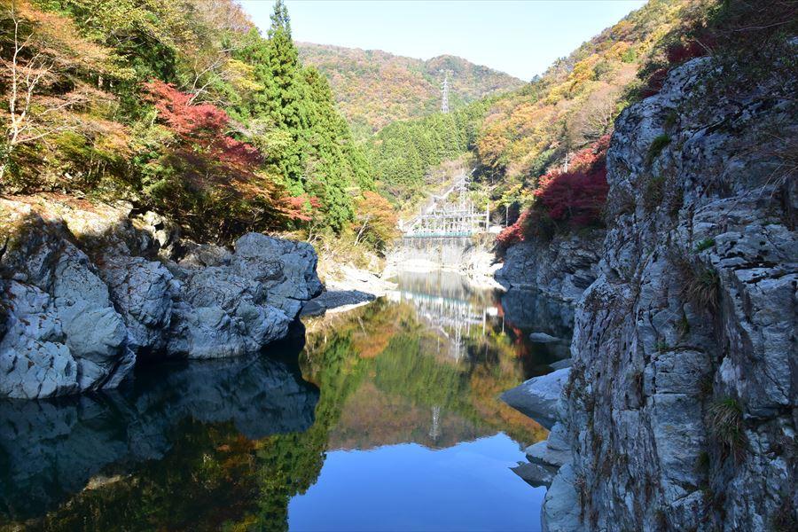 ダム湖に映る紅葉が美しい、祖谷川の下流出合の絶景