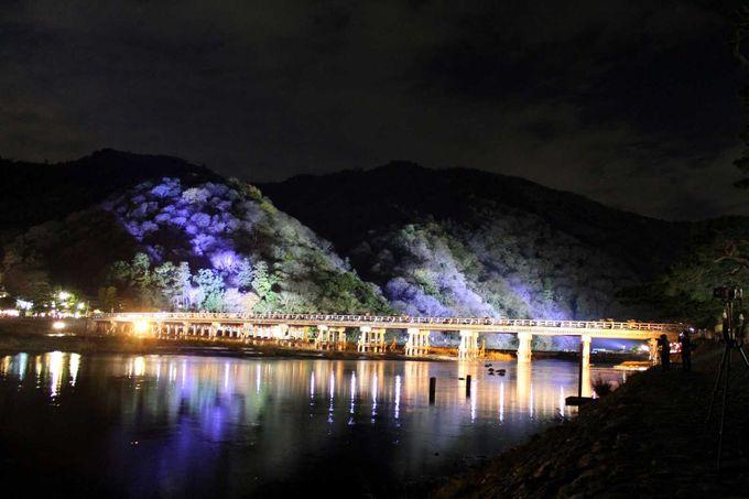 夜は別の顔・・・。幻想的な嵐山・渡月橋