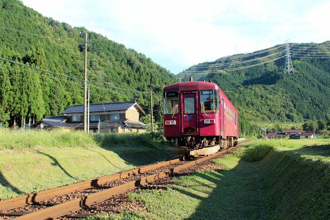 清流・長良川と走る「長良川鉄道」