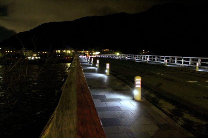 夜の渡月橋は日本初!ミニ水力発電でライトアップ