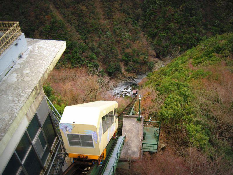 ケーブルカーを運転?秘境祖谷渓の谷底へ向かえ!「祖谷温泉」