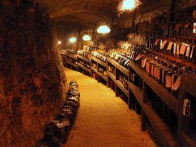 宮古島「多良川」は珠玉の泡盛古酒が洞窟で眠る、見学もできる酒造所