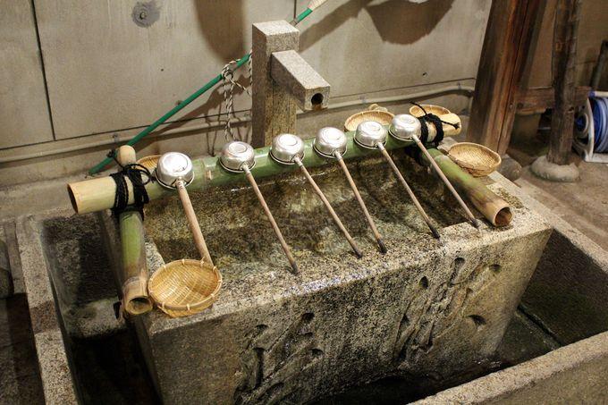 「御金神社」の手水舎には銭洗いできる籠も!