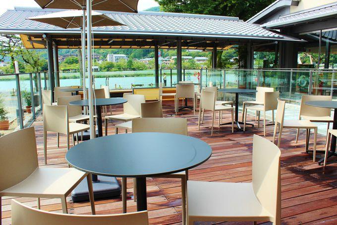 ウッドデッキのテラス席もあるカフェスペース