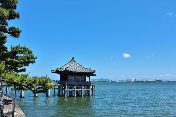 湖上のお堂が印象的な「浮御堂」