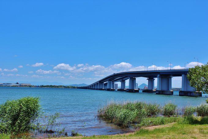 美しいアーチを描く「琵琶湖大橋」