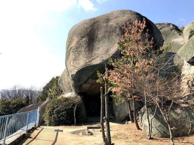 山頂は巨石がズラリと並ぶ!