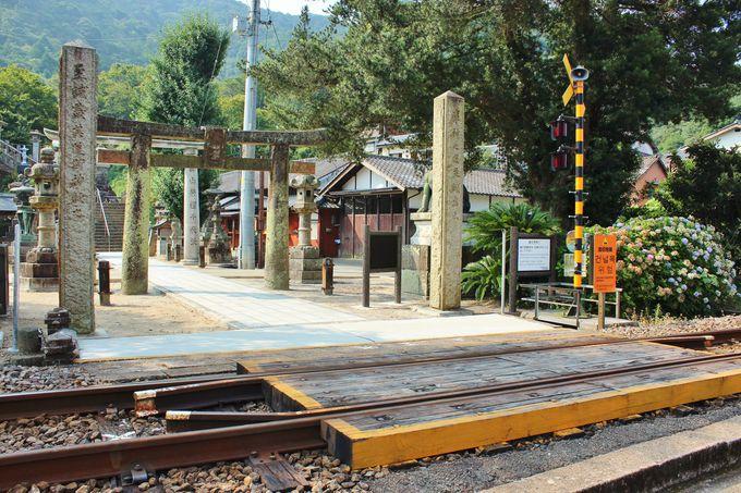 「陶山神社」の参道には線路が横切る!