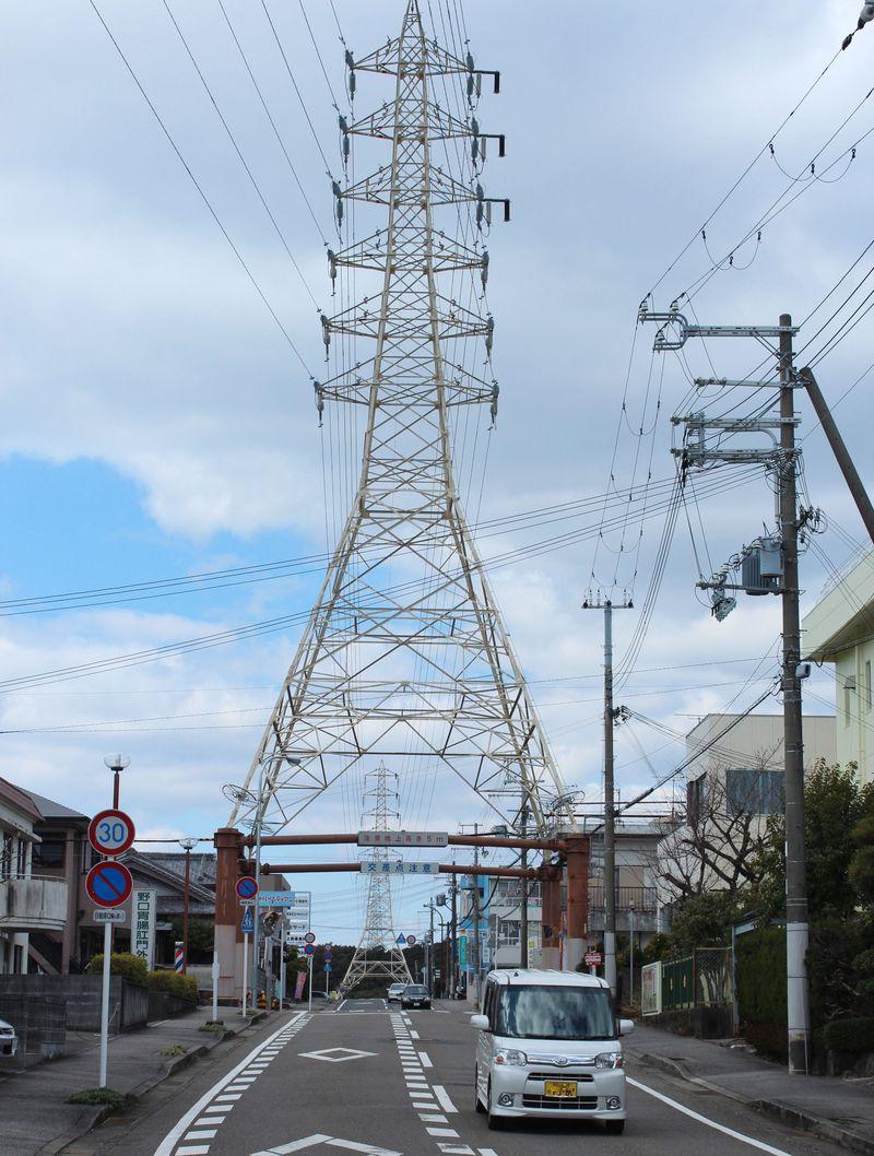 この道を行けばどうなるものか。和歌山にある鉄塔をくぐる道が珍百景!