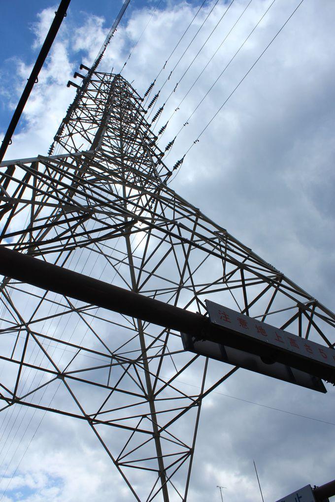 鉄塔を2つくぐる点が珍しさを引き立てる