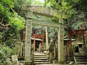 山中に異世界への門!?京都「大岩神社」の謎の鳥居とは?