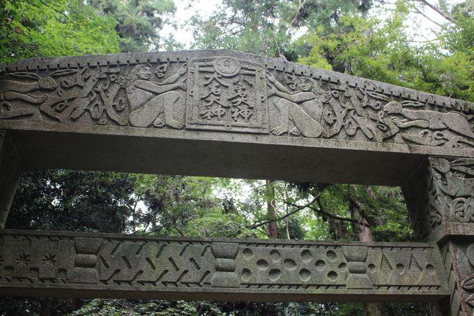 山中に突然現れる謎の石門!