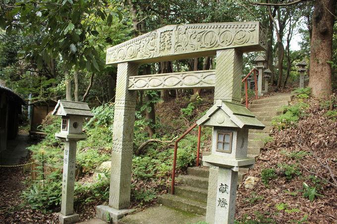 日本画家・堂本印象が寄進した鳥居だった!