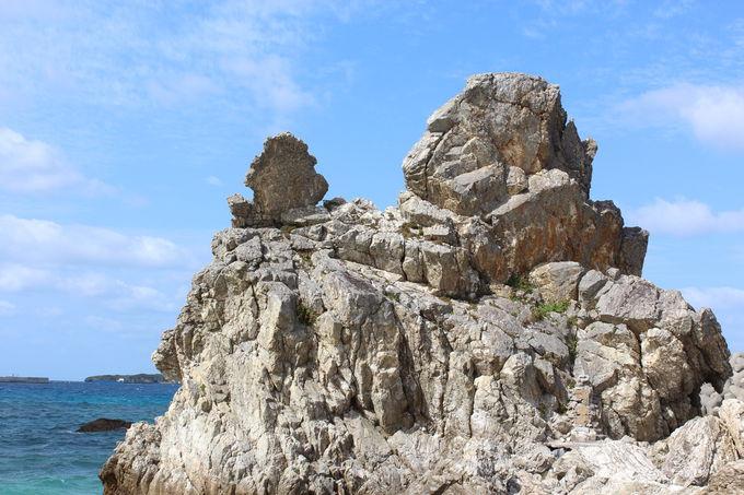 ゴリラがチョップしているように見える岩!?