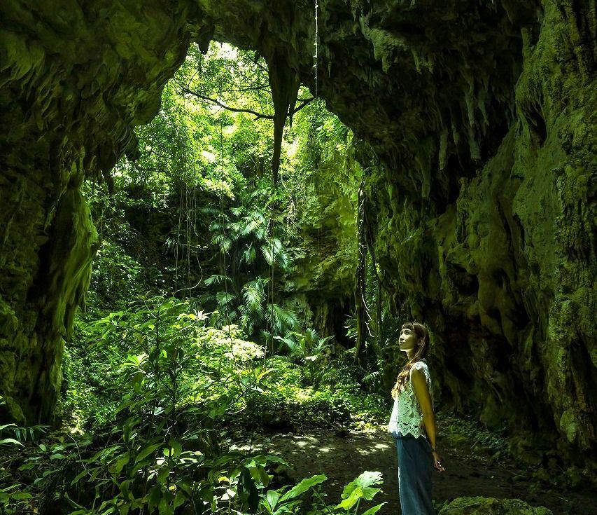 久米島「ヤジャーガマ」神秘的な鍾乳洞を現地ガイドと探検しよう!