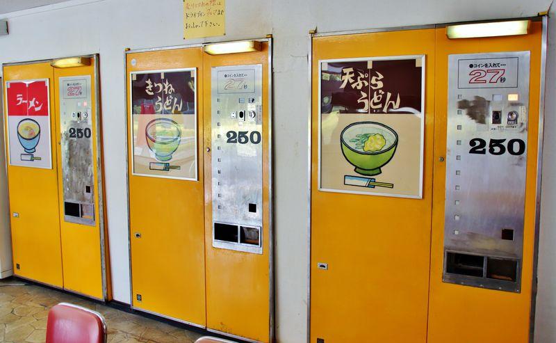 まだまだ現役!京都「ドライブインダルマ」はレトロ自販機の聖地