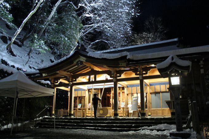 雪があれば夜の「貴船神社」の門が開かれる