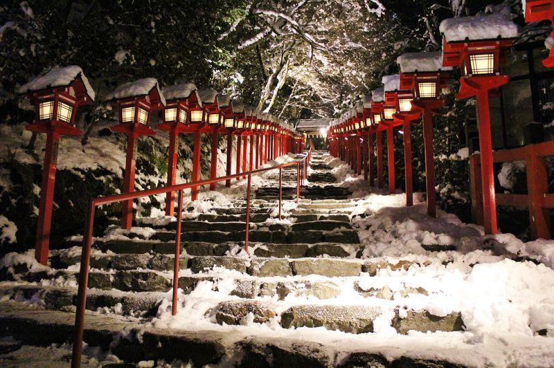 雪よ降れ!京都・貴船神社「積雪日限定ライトアップ」で幻想空間へ