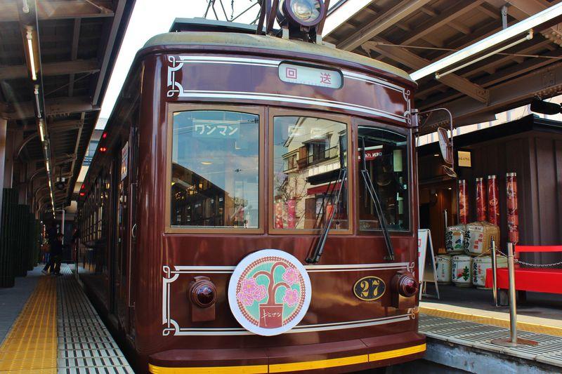 あの日を忘れない!嵐電「キミマツサクラ号」が早春の京都を走る