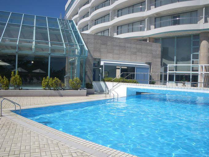 リゾート感あふれるガーデンプール 海水浴も可能
