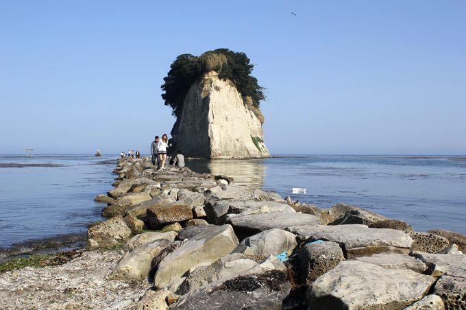 浜辺から見附島に続く踏石を渡って迫力を感じよう!
