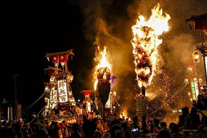 火花が飛び散るキリコの乱舞!能登・恋路海岸「恋路火祭り」と宇出津「あばれ祭」
