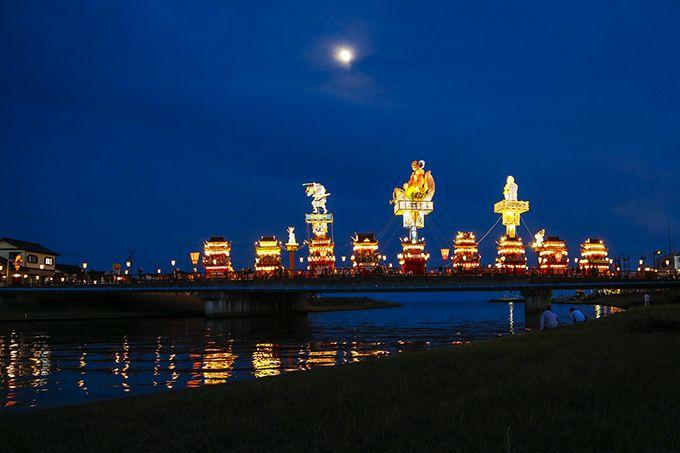 全ての山車が吾妻橋に並んだ瞬間は見物♪花火とともに川面に浮かぶ燈籠山の灯りは幻想的!