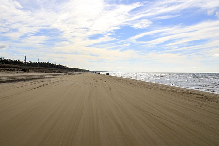 車で砂浜を走る爽快ドライブとグルメ・温泉を満喫!「千里浜なぎさドライブウェイ」