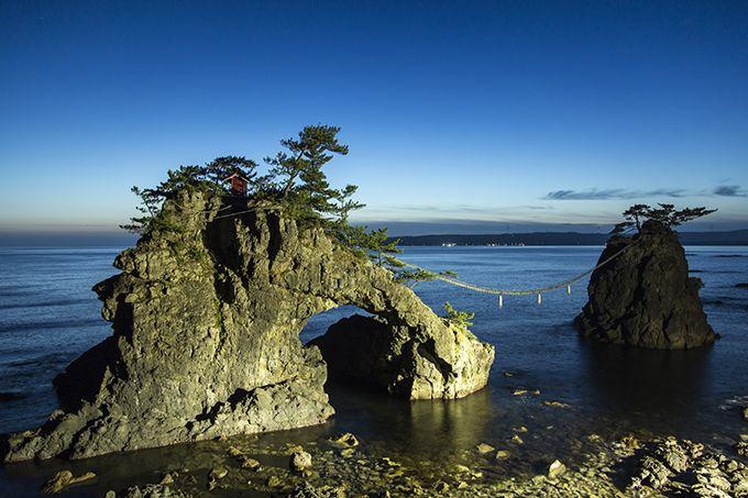 夫婦が寄り添うように見える奇岩「機具岩」