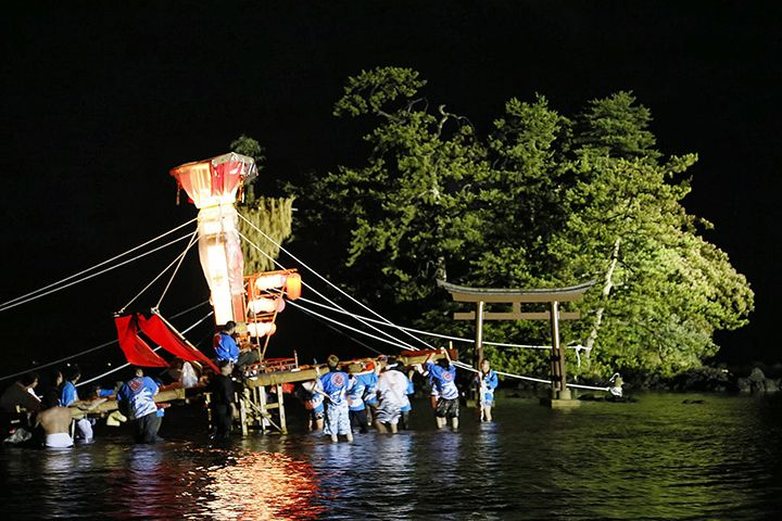 毎年7月に開催される悲恋の二人を癒すキリコ祭り「恋路火祭り」!