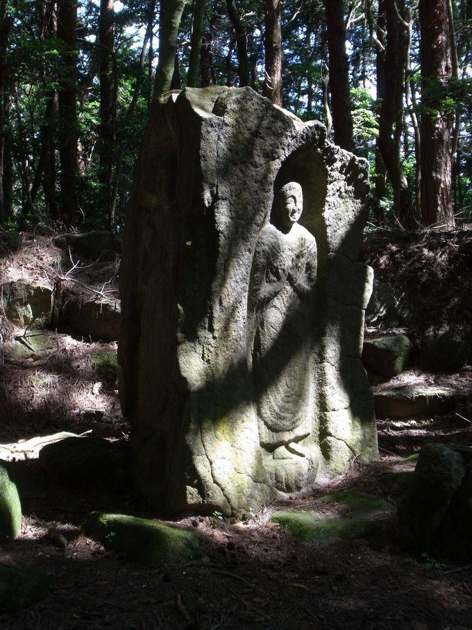 パワースポット・芳山(ほやま)を示す二尊石仏