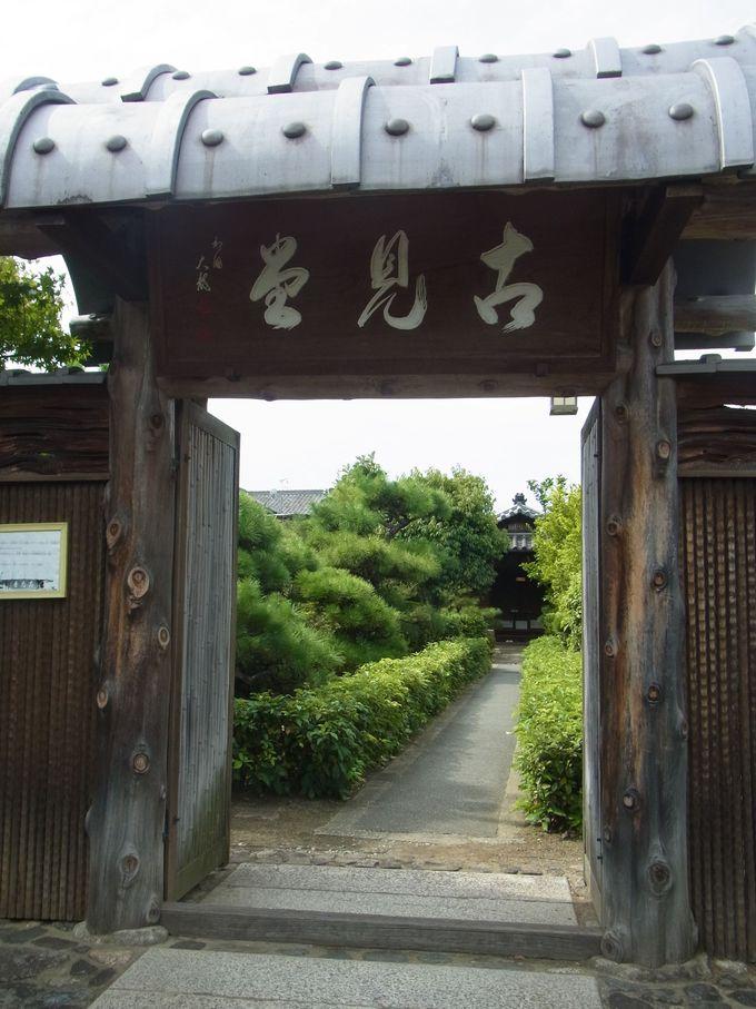 まず、長屋門から冠木門の凝り様に驚く