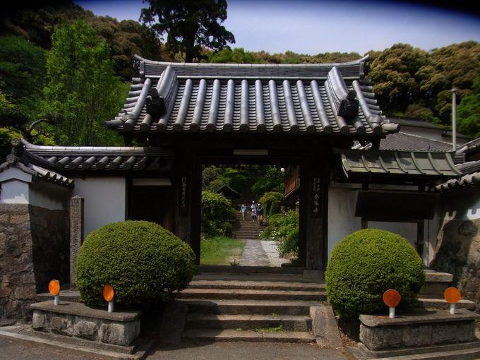 寺院の岩肌に刻まれた磨崖仏の見事な金勝寺