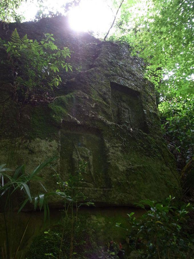 磨崖仏で満たされた鳴川集落