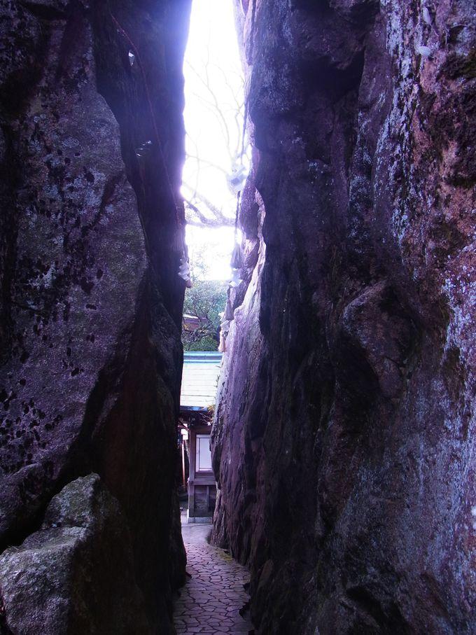本殿へ詣でる直前、日頃の行ないを試される夫婦岩の隘路。