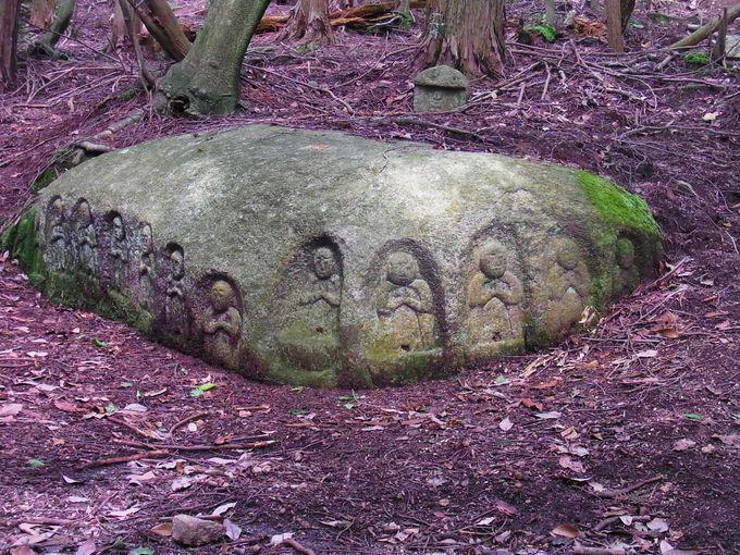 時空のひずみに取り残されたような福林寺跡石仏群