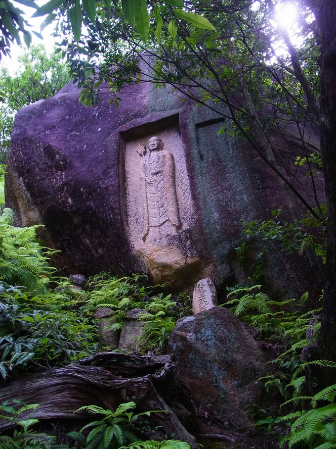 近江富士・三上山に隣接する妙光寺山の岩神と秀麗な地蔵磨崖仏