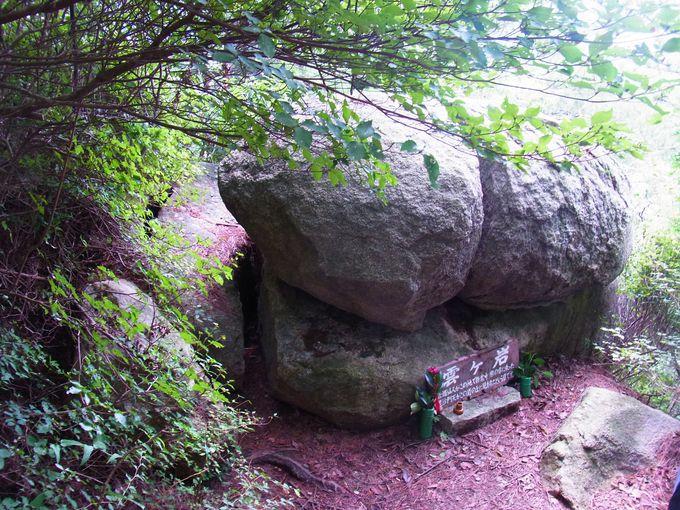 垂直の岩峰の雲ケ岩と六甲比売神社