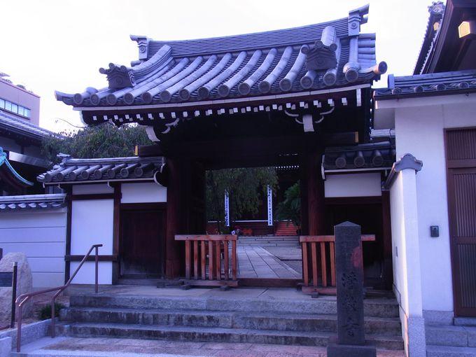 寺瓦に菊水紋を配した浄教寺