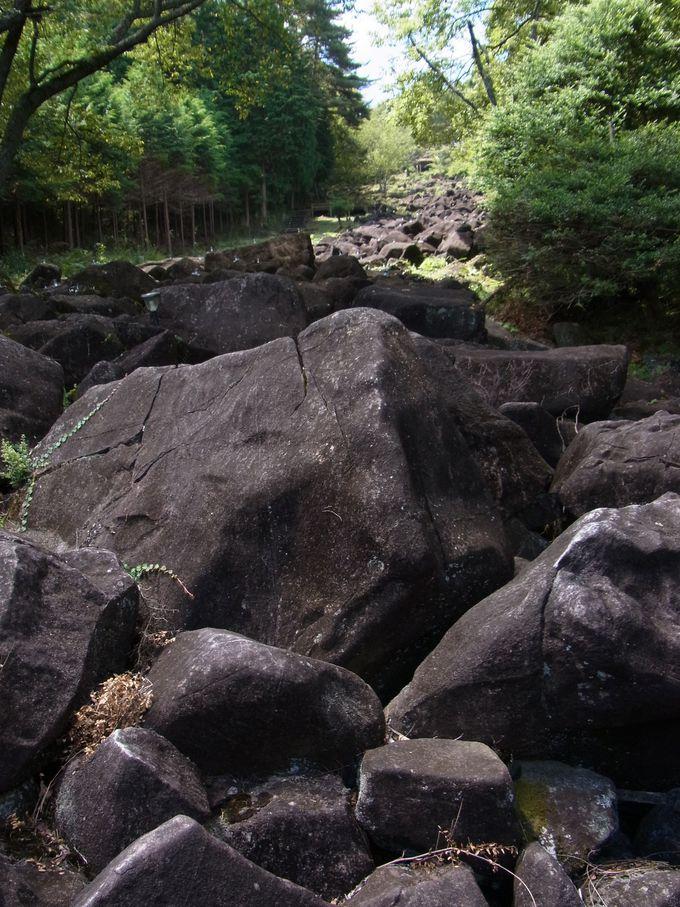 奇岩累々たる鍋倉渓