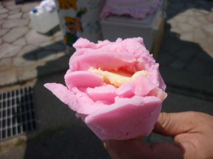 バラの形のババヘラアイス。