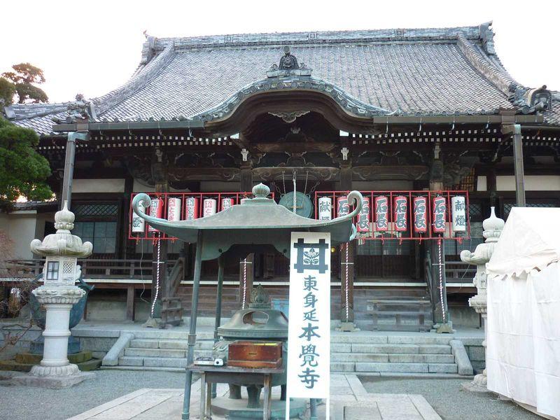 鎌倉駅から徒歩5分、えびす市で有名な本覚寺
