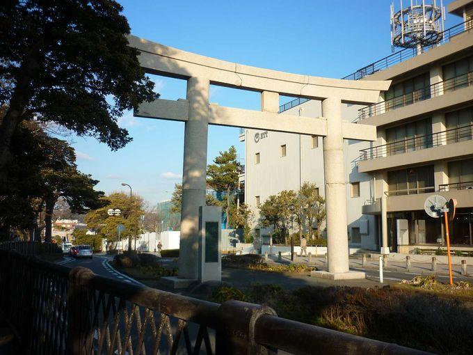 海岸から伸びる鶴岡八幡宮の参道