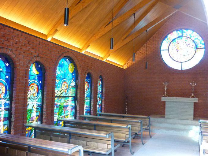 教会内には、12枚のステンドグラス