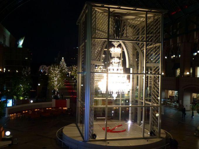 センター広場のバカラシャンデリア