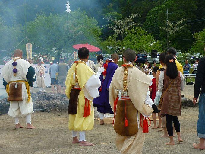 裸足になって一般参拝者も火渡りの準備を