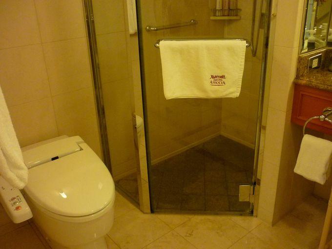 シャワーブース付きのバスルーム
